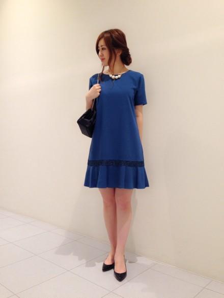 ブルーのバッグレース切替し裾フリルパーティードレスの万能色参考コーディネート画像17