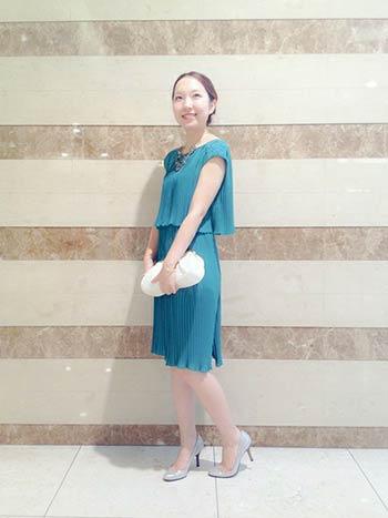 グリーンのフレンチスリーブプリーツドレス万能色参考コーディネート画像6