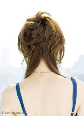 自分でできる髪型 セミロングヘアのねじってまとめるハーフアップスタイル2-1-3