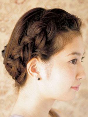 自分でできる髪型 セミロングヘアの編み込みアップスタイル1-1-2