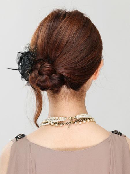 自分でできる髪型 セミロングヘアのお団子ベースのアップスタイル4-4-3