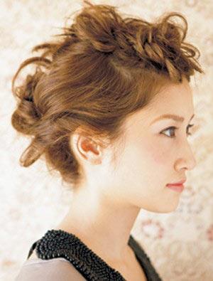 自分でできる髪型 セミロングヘアの編み込みアップスタイル1-6-2